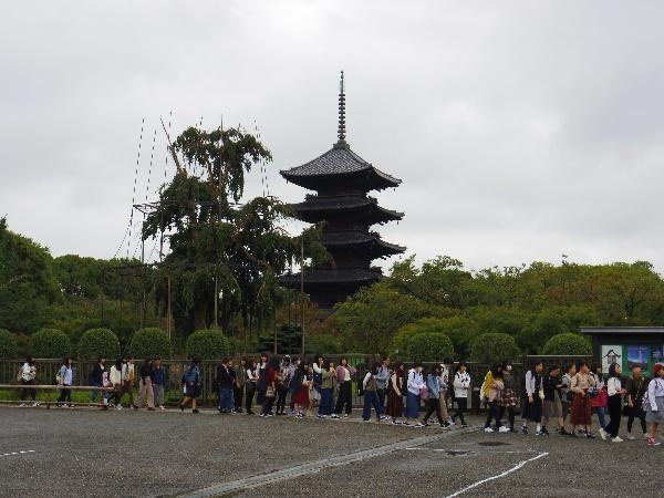写真①東寺へ移動